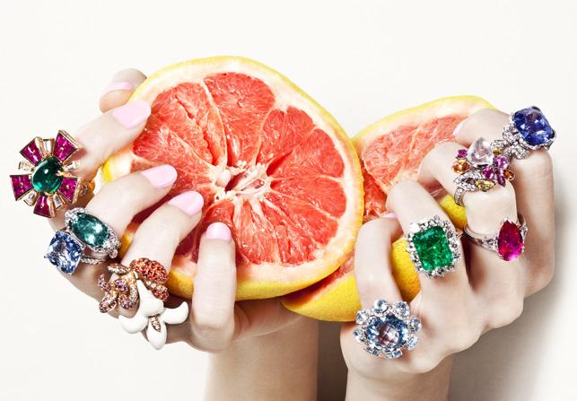 """""""Joyas exclusivas se mezclan con las frutas coloridas e irresistibles, resultando en una harmonía perfecta.""""  Joyas, Sabor del lujo  f12"""