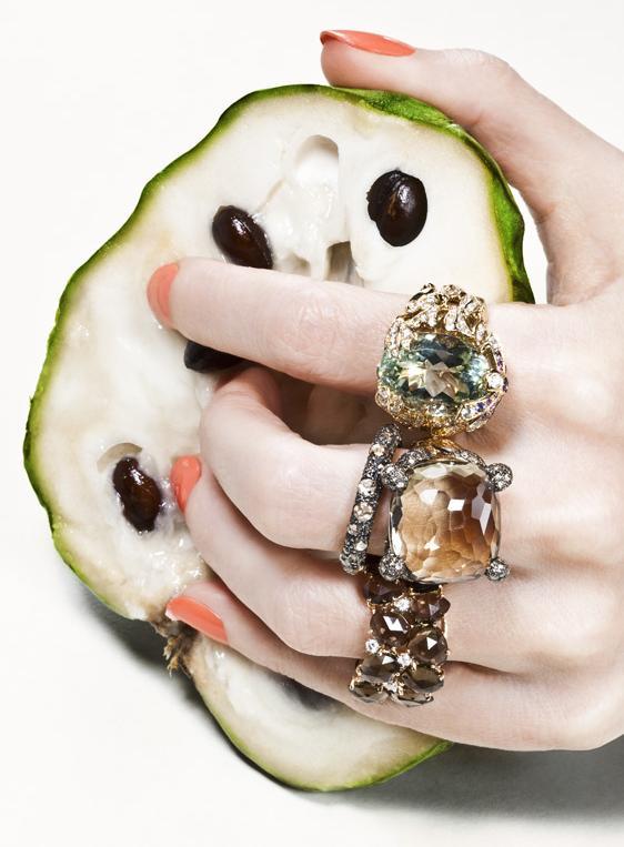 """""""Joyas exclusivas se mezclan con las frutas coloridas e irresistibles, resultando en una harmonía perfecta.""""  Joyas, Sabor del lujo  f2"""