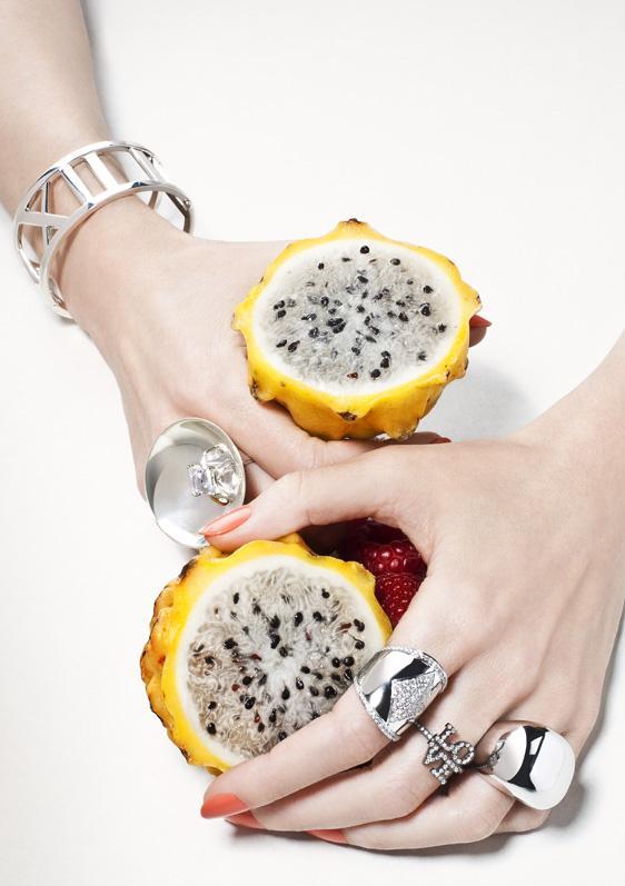 """""""Joyas exclusivas se mezclan con las frutas coloridas e irresistibles, resultando en una harmonía perfecta.""""  Joyas, Sabor del lujo  f3"""