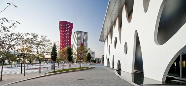 """""""El Hotel Santos Porta Fira en Barcelona fue un proyecto del arquitecto japonés Toyo Ito, en colaboración del prestigioso arquitecto español Fermín Vázquez.""""  Hotel Porta Fira, la joya roja de Toyo Ito FOTO 3"""