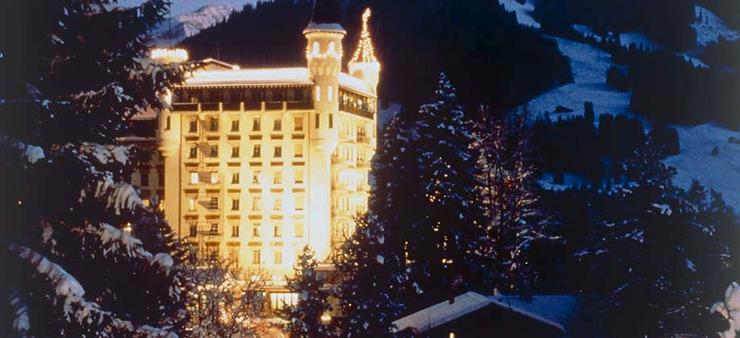 """""""Ubicado los majestuosos Alpes suizos, el Gstaad Palace tiene cerca 104 habitaciones decoradas con buen gusto incluyen 29 suites junior, 4 suites, 2 suites Tower.""""  Gstaad Palace, Arquitectura Medieval Foto 02"""