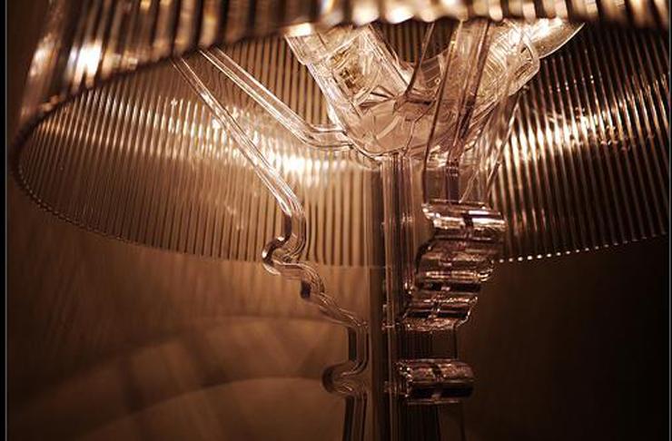 """""""Bourgie, una lámpara de policarbonato de estilo inconfundible y un éxito de ventas verdadero y propio de Kartell, conjuga la tradición clásica barroca."""" Bourgie, lámpara de estilo barroco Foto 1"""