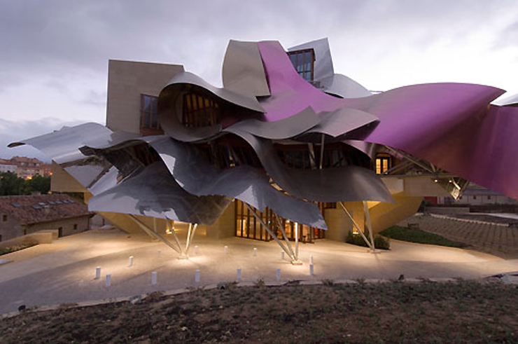 """""""El Hotel Marqués de Risca es un edificio vanguardistas diseñado por el arquitecto Frank Gehry, creador del famoso Guggenheim de Bilbao."""" Hotel Marqués de Riscal, espectacularidad de formas Foto 12"""