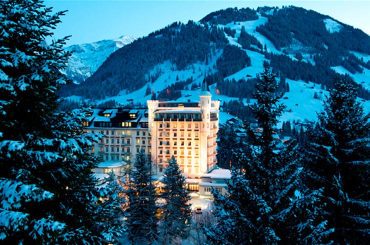 """""""Ubicado los majestuosos Alpes suizos, el Gstaad Palace tiene cerca 104 habitaciones decoradas con buen gusto incluyen 29 suites junior, 4 suites, 2 suites Tower.""""  Gstaad Palace, Arquitectura Medieval Foto 121"""