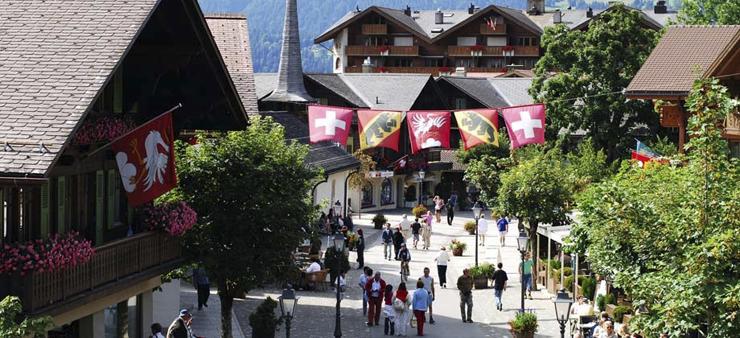 """""""Ubicado los majestuosos Alpes suizos, el Gstaad Palace tiene cerca 104 habitaciones decoradas con buen gusto incluyen 29 suites junior, 4 suites, 2 suites Tower.""""  Gstaad Palace, Arquitectura Medieval Foto 151"""