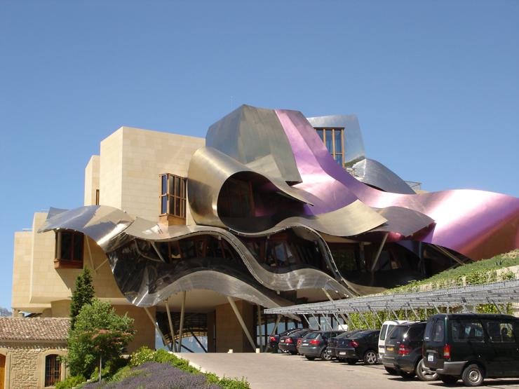"""""""El Hotel Marqués de Risca es un edificio vanguardistas diseñado por el arquitecto Frank Gehry, creador del famoso Guggenheim de Bilbao."""" Hotel Marqués de Riscal, espectacularidad de formas Foto 22"""