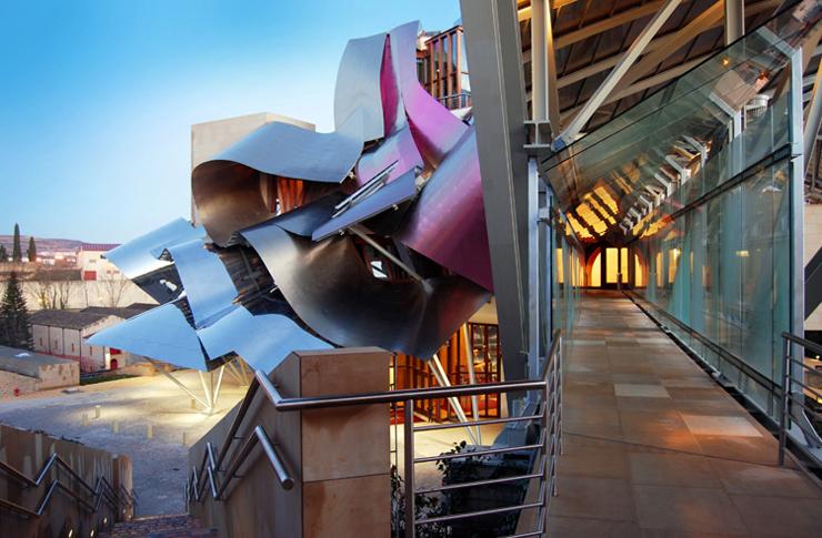"""""""El Hotel Marqués de Risca es un edificio vanguardistas diseñado por el arquitecto Frank Gehry, creador del famoso Guggenheim de Bilbao."""" Hotel Marqués de Riscal, espectacularidad de formas Foto 31"""