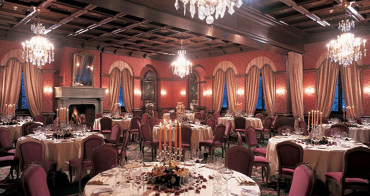"""""""Ubicado los majestuosos Alpes suizos, el Gstaad Palace tiene cerca 104 habitaciones decoradas con buen gusto incluyen 29 suites junior, 4 suites, 2 suites Tower.""""  Gstaad Palace, Arquitectura Medieval Foto 323"""