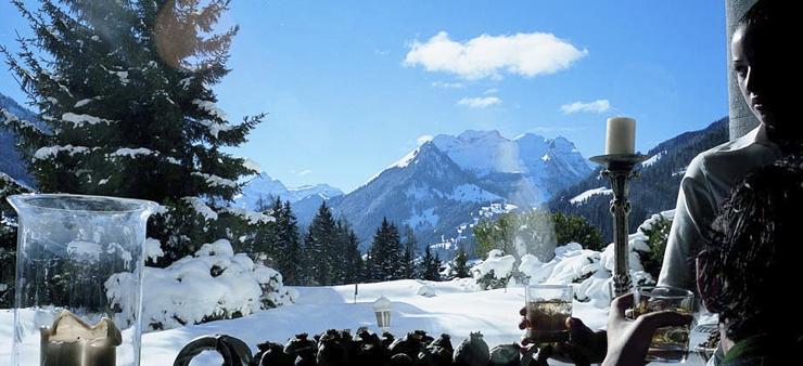 """""""Ubicado los majestuosos Alpes suizos, el Gstaad Palace tiene cerca 104 habitaciones decoradas con buen gusto incluyen 29 suites junior, 4 suites, 2 suites Tower.""""  Gstaad Palace, Arquitectura Medieval Foto 421"""