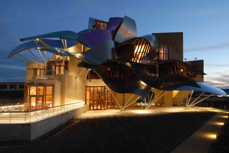 """""""El Hotel Marqués de Risca es un edificio vanguardistas diseñado por el arquitecto Frank Gehry, creador del famoso Guggenheim de Bilbao.""""  Hotel Marqués de Riscal, espectacularidad de formas Foto 43"""
