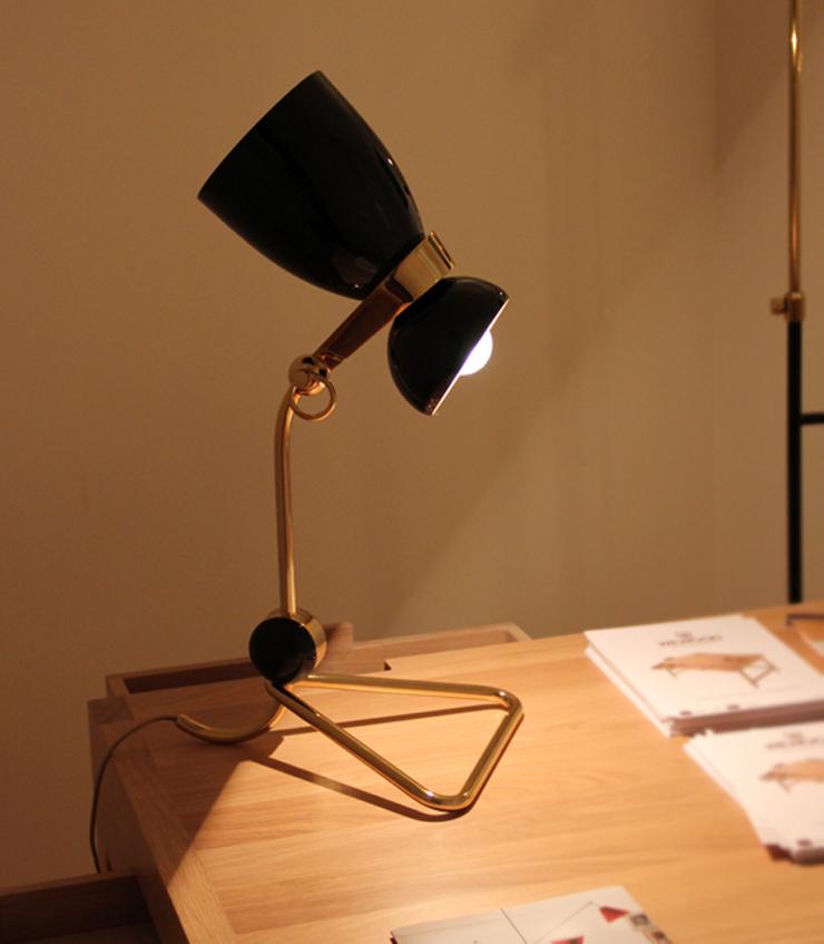 """""""La empresa portuguesa Delightfull Unique Lamps creó dos lámparas, una de pie, de 150 cm. de altura y otra más pequeña, de mesa, de 55 cm. Ambas en negro y dorado y con aire retro."""""""