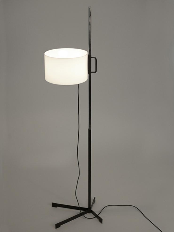 """""""La lámpara TMC es uno de los diseños más famosos del renombrado diseñador industrial español Miguel Milá.""""  Santa & Cole, Lámpara TMC Foto 46"""