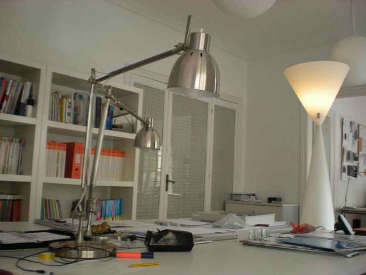 """""""Frida es una lámpara de pie de luz de ambiente, de interior o de exterior. Está compuesta por dos conos invertidos cuyos vértices se unen a 141 cm de la base."""" Metalarte, Lámpara Frida Foto 48"""