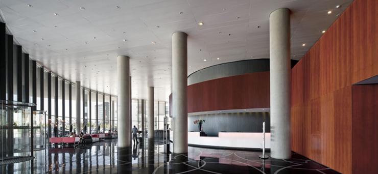 """""""El Hotel Santos Porta Fira en Barcelona fue un proyecto del arquitecto japonés Toyo Ito, en colaboración del prestigioso arquitecto español Fermín Vázquez.""""  Hotel Porta Fira, la joya roja de Toyo Ito Foto 5"""