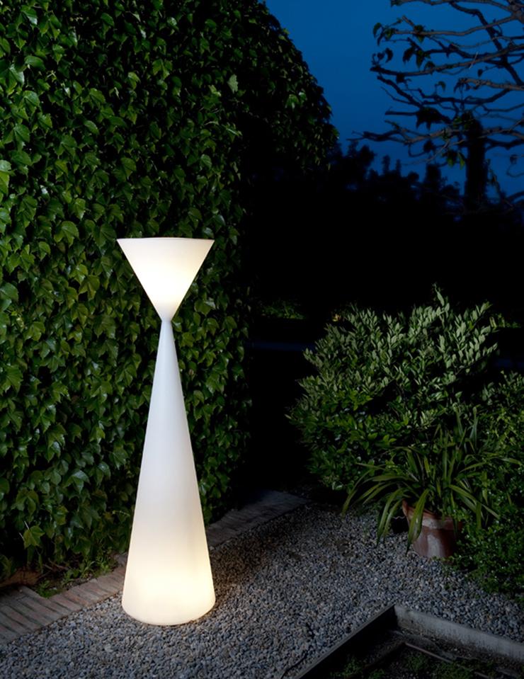 """""""Frida es una lámpara de pie de luz de ambiente, de interior o de exterior. Está compuesta por dos conos invertidos cuyos vértices se unen a 141 cm de la base."""" Metalarte, Lámpara Frida Foto 53"""