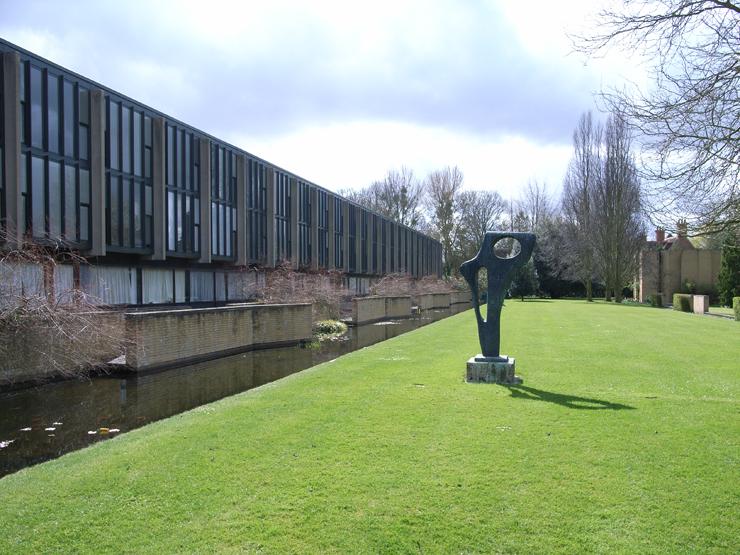 """La firma Fritz Hansen recupera la silla Oxford de Arne Jacobsen con su aspecto original en chapa de madera.""  La silla Oxford, Fritz Hansen reedita la silla St Catherines College statue"