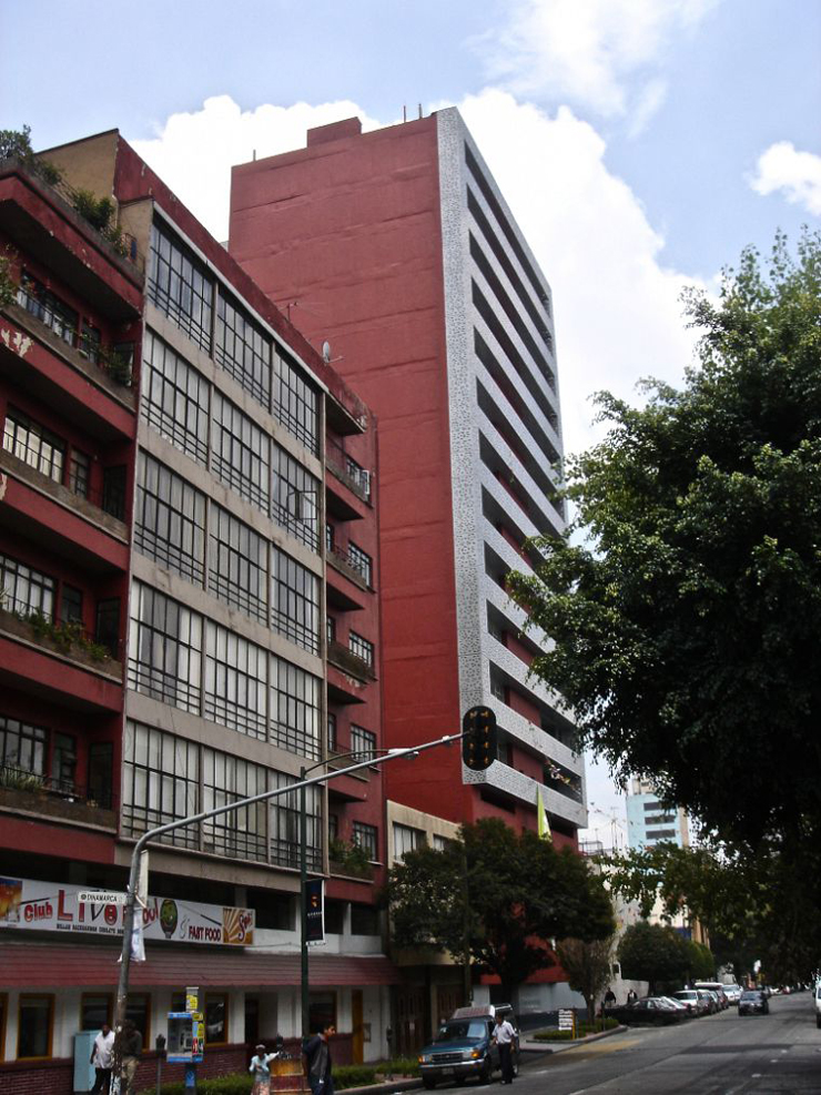 """""""El proyecto consistió en la remodelación de un edificio de oficinas construido en 1981, para ser convertido en un edificio habitacional con 23 departamentos.""""  Edificio Liverpool, México Foto 13"""
