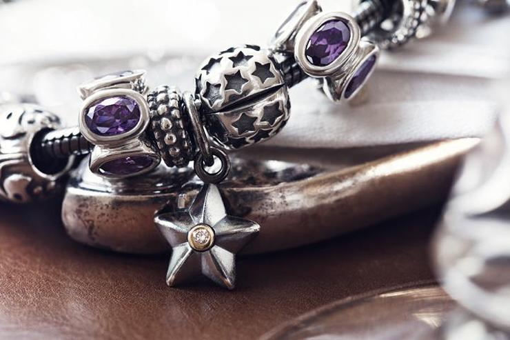 """""""Pandora, firma danesa con más de 25 años de historia, es joyería de alta calidad elaborada de forma artesanal con materiales genuinos como el oro, la plata de ley y las piedras semipreciosas.""""  Joyería Pandora Foto 17"""