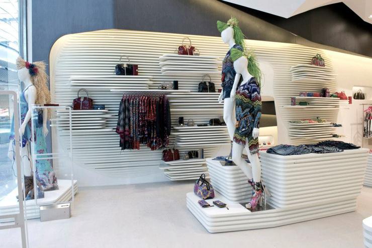 """""""El interior de la nueva tienda de Custo Barcelona en Londres, soñado por el estudio de Barcelona Dear Design, fue inspirado en el Mediterráneo – una idea inextricablemente vinculada a las origénes de Custo Barcelona.""""  DEAR crea nueva Custo Barcelona Foto 25"""