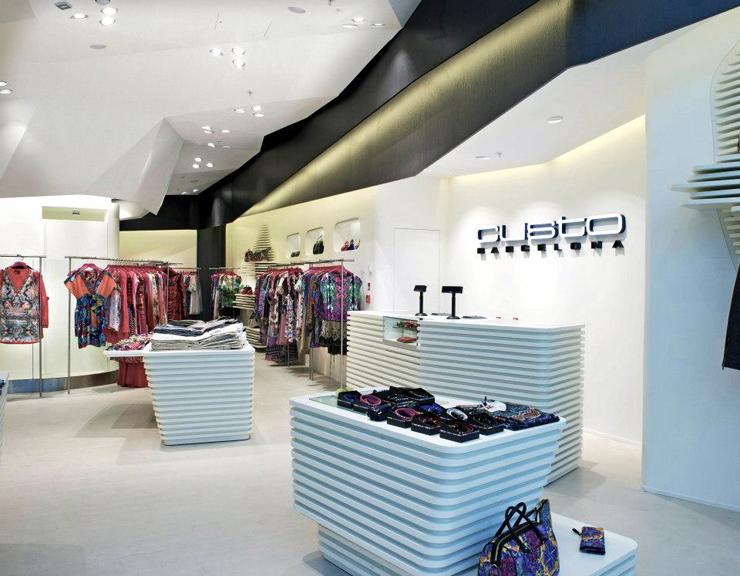 """""""El interior de la nueva tienda de Custo Barcelona en Londres, soñado por el estudio de Barcelona Dear Design, fue inspirado en el Mediterráneo – una idea inextricablemente vinculada a las origénes de Custo Barcelona.""""  DEAR crea nueva Custo Barcelona Foto 34"""