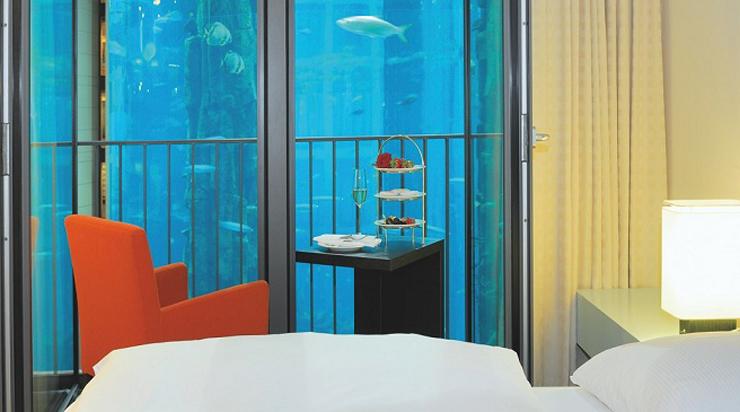 """""""Como seguro que te gustan los hoteles de lujo, hoy te vamos a mostrar uno que además, tiene una peculiaridad enorme. Te hablamos del Radisson Blu Hotel de Berlin, un hotel de cinco estrellas que posee el acuario cilíndrico más grande del mundo.""""  Radisson Blu Hotel, Berlín Foto 43"""