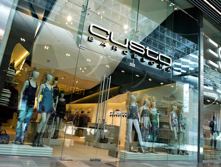 """""""El interior de la nueva tienda de Custo Barcelona en Londres, soñado por el estudio de Barcelona Dear Design, fue inspirado en el Mediterráneo – una idea inextricablemente vinculada a las origénes de Custo Barcelona.""""  DEAR crea nueva Custo Barcelona Foto 45"""