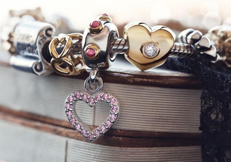 """""""Pandora, firma danesa con más de 25 años de historia, es joyería de alta calidad elaborada de forma artesanal con materiales genuinos como el oro, la plata de ley y las piedras semipreciosas.""""  Joyería Pandora Foto 48"""