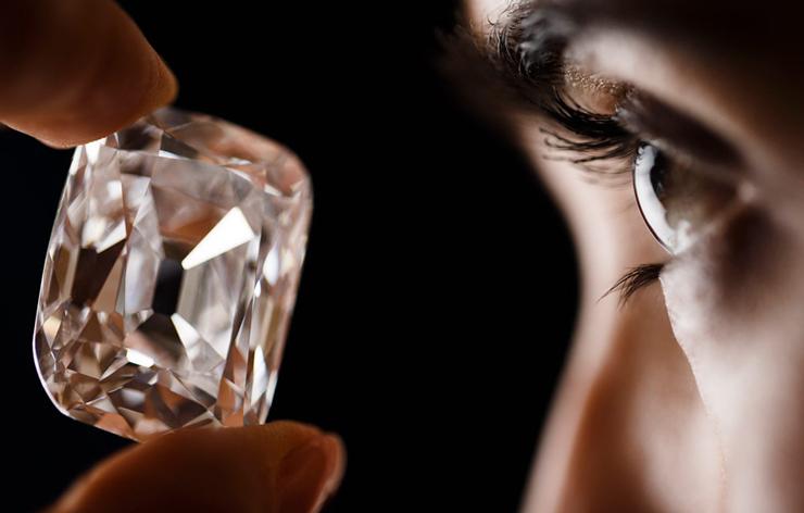 """""""La pieza de 76 quilates ha sido adquirida en subasta por un comprador anónimo Se trata de una de las joyas más famosas del mundo.""""  El diamante del archiduque 12"""