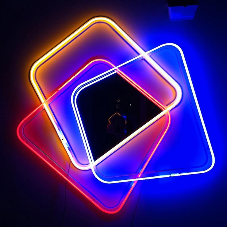 """""""Jean-Baptiste Sibertin-Blanc ha creado una colección en HI-MACS para la muestra: una consola, un espejo y una lámpara de neón.""""   Tres nuevos productos en HI-MACS Be"""