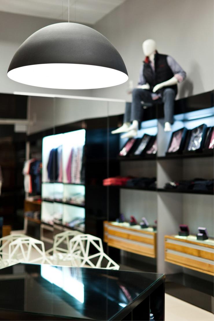 """""""La tienda de ropa Loja Mazzo está dirigida a un público masculino, y ha surgido a partir de todos sus conceptos. Un proyecto al encargo de Studio Buzetti + Arquitetura.""""  Loja Mazzo Foto 2"""