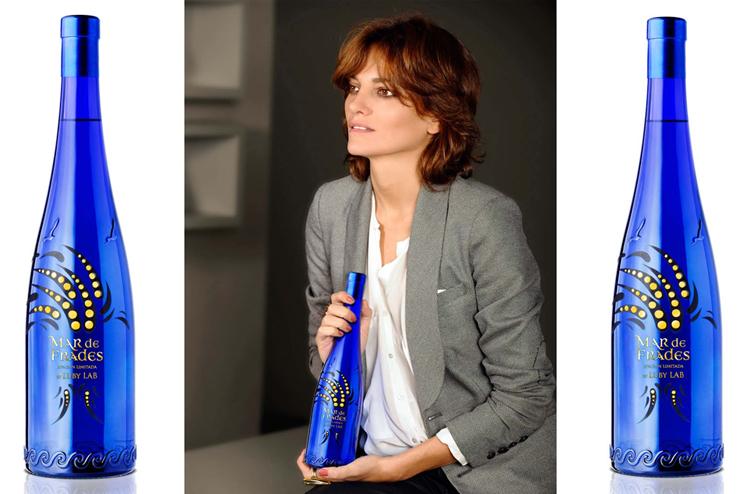 """""""Laura Ponte diseña una exclusiva botella para Mar La modelo se convierte en diseñadora bajo la marca Luby Lab. El océano inspira una creación de edición limitada.""""  Laura Ponte diseña una botella Foto 17"""