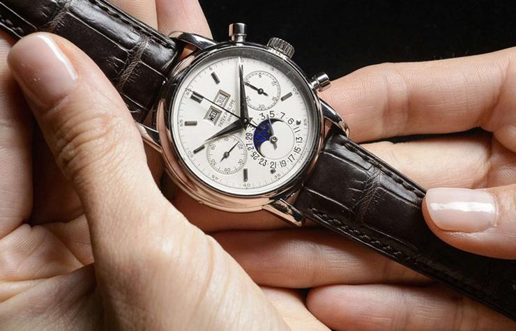 """""""Un comprador anónimo se ha hecho con un reloj de platino de Eric Clapton por la friolera cantidad de 2,9 millones de euros.""""  Subastado reloj de Eric Clapton Foto1"""