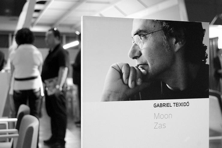 """""""Gabriel Teixidó nació en 1947 en Barcelona. Formado en la Escuela de Artes Aplicadas y Oficios Artísticos de Barcelona, se estableció como freelance en 1970 y desde entonces no ha dejado de realizar nuevos proyectos. """"  Gabriel Teixidó, Diseño Sencillo y Neutro Gabriel 1"""