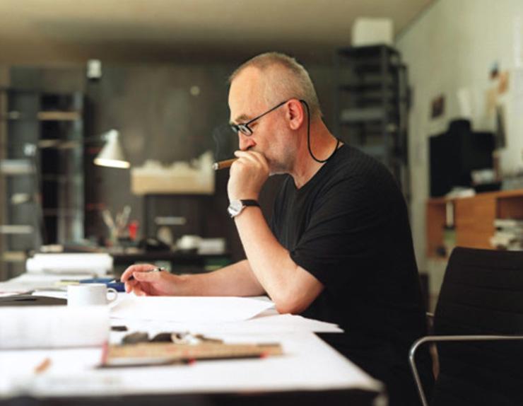 """""""Peter Zumthor recibirá la Medalla de Oro en miércoles 6 de Febrero de 2013 en la ceremonia en el Royal Institute of British Architects en Londres, por su influencia en el avance de la arquitectura.""""  Peter Zumthor, Medalla de Oro de la RIBA 2013 peterworking"""
