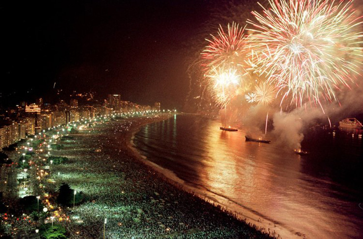 """""""La Nochevieja se aprovecha cada vez más para viajar y celebrar las fiestas fuera de casa. Aquí recomendamos los top 10 destinos para celebrar el fin de año y tener una experiencia recomendable."""" destinos para Nochevieja Top 10 destinos para Nochevieja reveilloncopacabana2"""