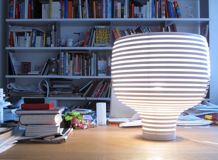 """""""Werner Aisslinger ha tomado inspiración de las colmenas para crear una lámpara de formas puras que rápidamente se ha convertido en un clásico de Foscarini, Behive, y que se presenta ahora en dos versiones, de mesa y de suspensión.""""  Behive de Foscarini Behive 8"""