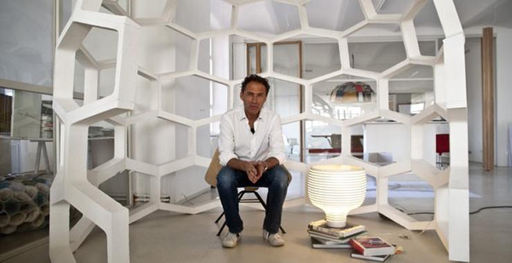"""""""Werner Aisslinger ha tomado inspiración de las colmenas para crear una lámpara de formas puras que rápidamente se ha convertido en un clásico de Foscarini, Behive, y que se presenta ahora en dos versiones, de mesa y de suspensión.""""  Behive de Foscarini Behive 9"""