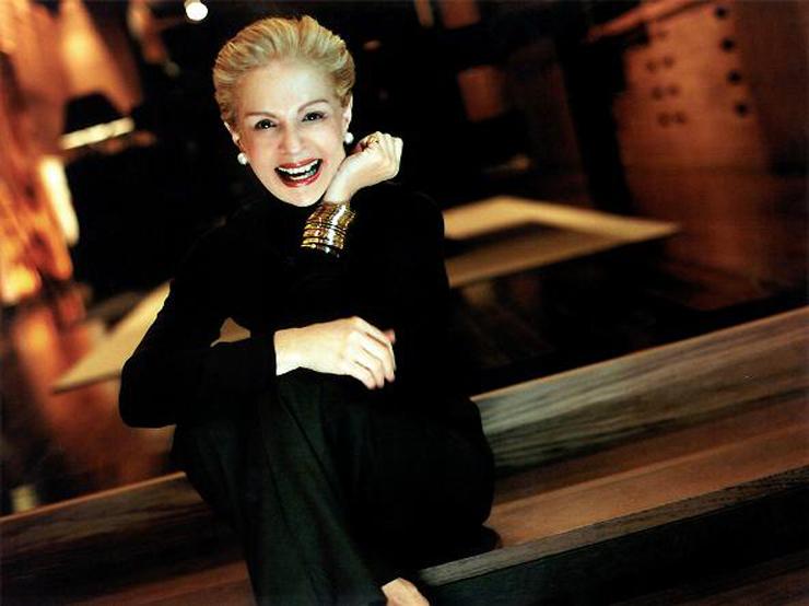 """""""De estilo y una elegancia naturales, es una de las diseñadoras de mayor éxito en Estados Unidos y Latinoamércia."""""""
