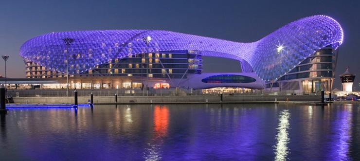 """""""Dhabi, fue diseñado para incorporar una estética asociada con las altas velocidades y el espectáculo por el estudio de Nueva York, Asymptote Architecture.""""  Hotel Yas Viceroy Abu Dhabi YasViceroI"""