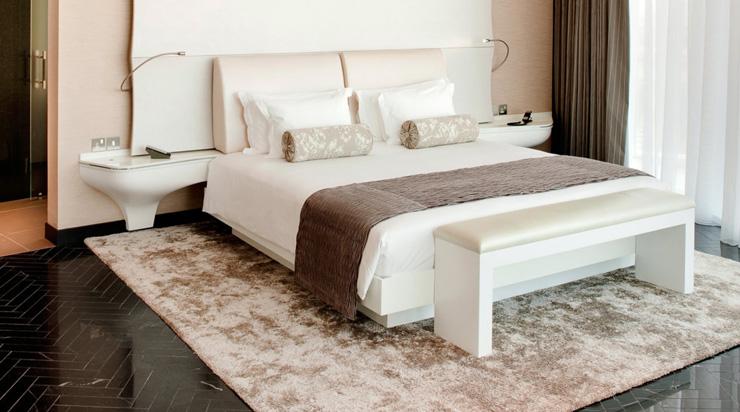 """""""Dhabi, fue diseñado para incorporar una estética asociada con las altas velocidades y el espectáculo por el estudio de Nueva York, Asymptote Architecture.""""  Hotel Yas Viceroy Abu Dhabi YasViceroIII"""