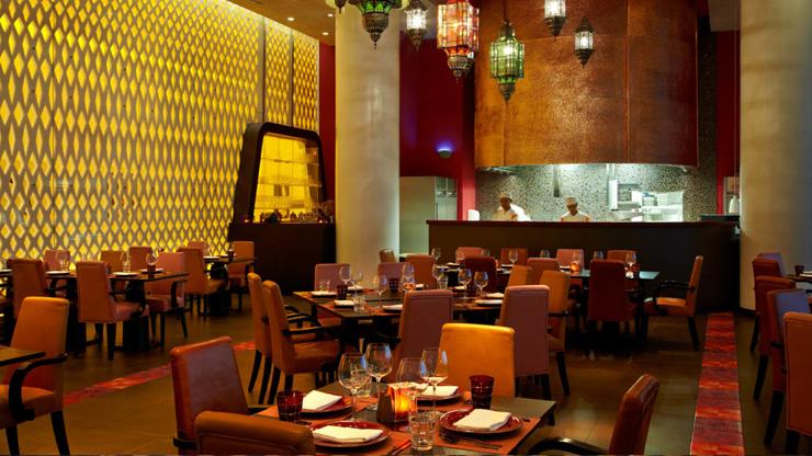 """""""Dhabi, fue diseñado para incorporar una estética asociada con las altas velocidades y el espectáculo por el estudio de Nueva York, Asymptote Architecture.""""  Hotel Yas Viceroy Abu Dhabi YasViceroIX"""