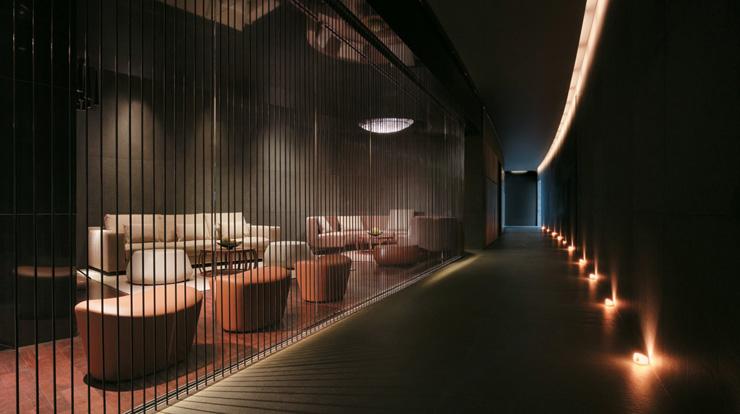 """""""Dhabi, fue diseñado para incorporar una estética asociada con las altas velocidades y el espectáculo por el estudio de Nueva York, Asymptote Architecture.""""  Hotel Yas Viceroy Abu Dhabi YasViceroV"""