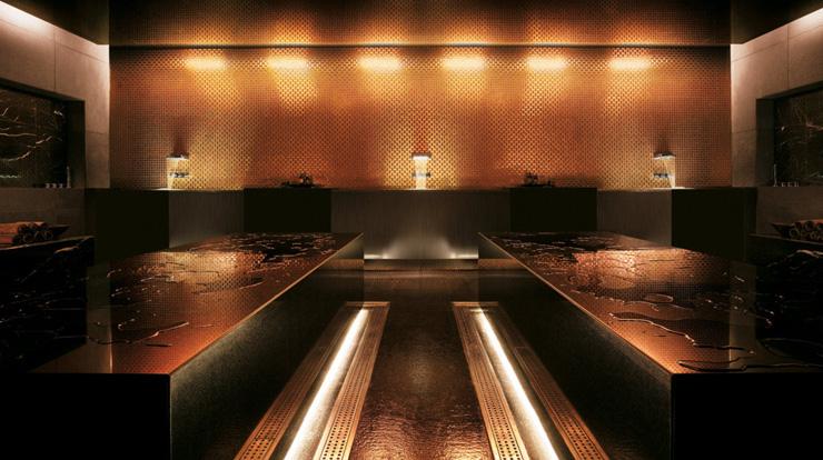 """""""Dhabi, fue diseñado para incorporar una estética asociada con las altas velocidades y el espectáculo por el estudio de Nueva York, Asymptote Architecture.""""  Hotel Yas Viceroy Abu Dhabi YasViceroVII"""