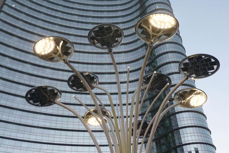 """""""Artemide contribuye a esta importante realización donando a la ciudad de Milán el Solar Tree, que forma parte así mismo de la gran plaza Gae Aulenti.""""  Artemide ilumina con Solar Tree art 1"""