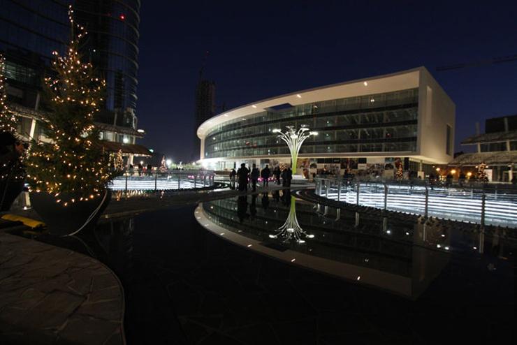 """""""Artemide contribuye a esta importante realización donando a la ciudad de Milán el Solar Tree, que forma parte así mismo de la gran plaza Gae Aulenti.""""  Artemide ilumina con Solar Tree art 5"""