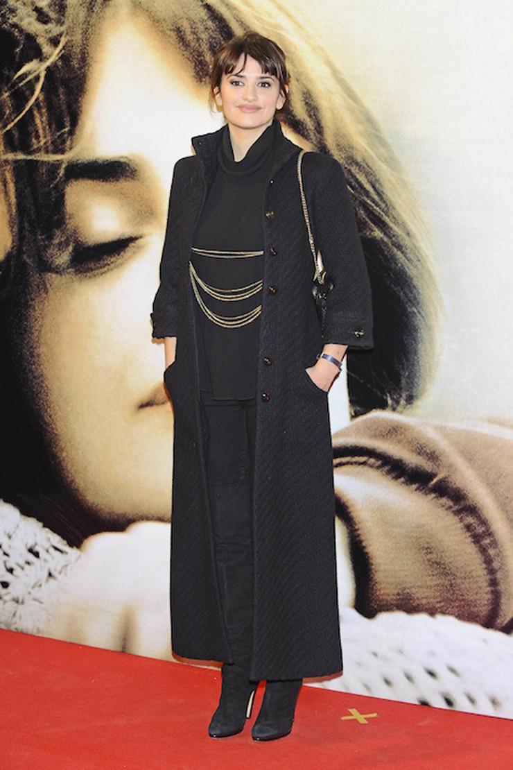 """""""Penélope Cruz se encuentra en Madrid presentando la película """"Volver a Nacer"""". Para el estreno de la noche se decantó por un Chanel vintage."""" Penélope Cruz con un Chanel vintage gtres u216835 010"""