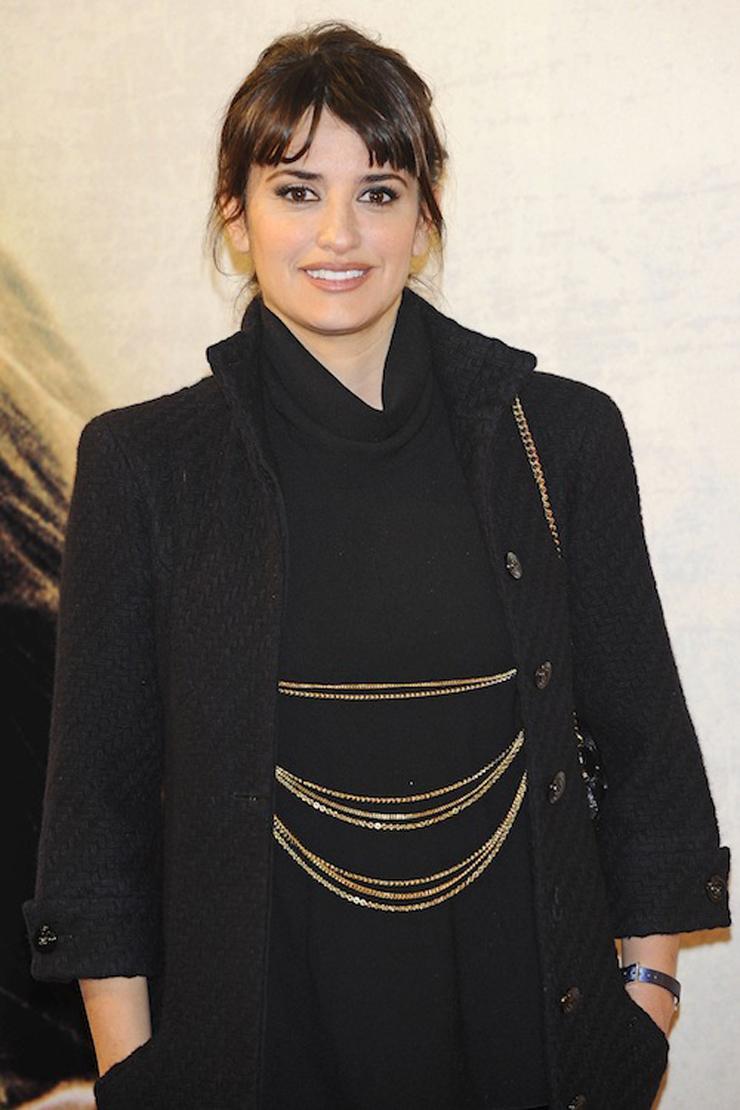 """""""Penélope Cruz se encuentra en Madrid presentando la película """"Volver a Nacer"""". Para el estreno de la noche se decantó por un Chanel vintage."""" Penélope Cruz con un Chanel vintage gtres u216835 011"""