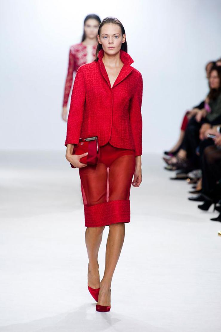 """""""El rojo con el blanco combinan estupendamente, será por eso que en esta colección de ropa italiana 2013 Giambattista Valli, abundan los atuendos conformados.""""  Ropa italiana 2013 Giambattista Valli giambattista valli spring summer 2013 pfw67"""
