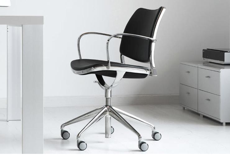 """Jesús Gasca rediseña el modelo incorporando una base giratoria."" Stua reinterpreta su silla Gas silla de oficina con brazos 11212 2918145"