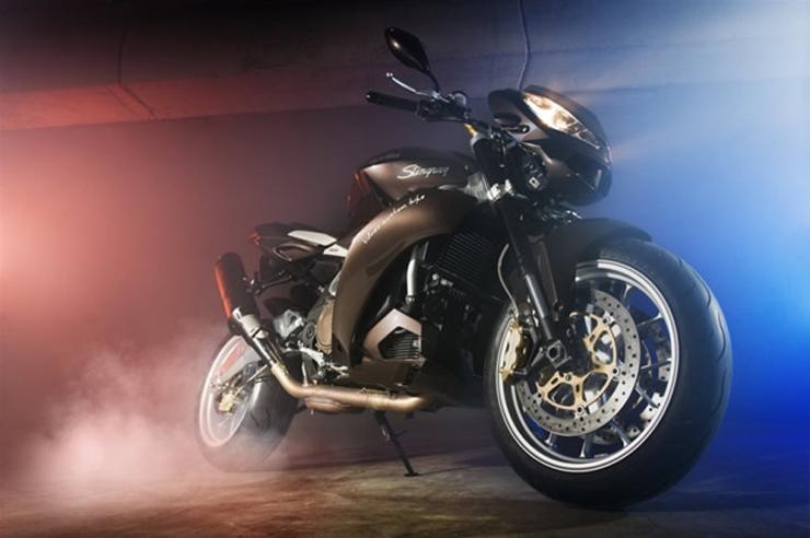 """""""Vilner es una empresa búlgara dediacada a rediseñar el interior de vehículos de lujo y ha ganado una merecida fama por ello, sin embargo la firma ha ampliado su oferta y desde hace unos meses también se encarga de rediseñar motos.""""   La nueva Stingray vilner y aprilia presentan la nueva stingray 6"""